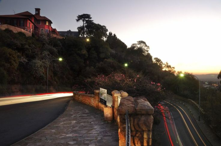 Take in the spectacular views of the city from Munro Drive. A national monument in Houghton, Johannesburg & one of Joburg's more famous viewpoints!