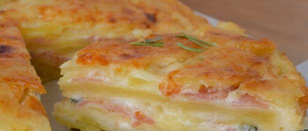 Μια υπέροχη συνταγή για πατατόπιτα, εύκολη στην εκτέλεση με μπεσαμέλ, τυρί και αλλαντικά στο φούρνο.    Για την πατατόπιτα  1 κιλό πατάτες  250 ml μπεσαμέλ  100 γρ. τυρί γκοργκοντζόλα θρυμματισμένη ή σε μικρά κομματάκια  100 γρ. ζαμπόν ή μορταδέλα  4-5 κ.σ. τριμμένη
