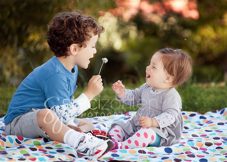 staci zohlen photography sibling pose dandelion
