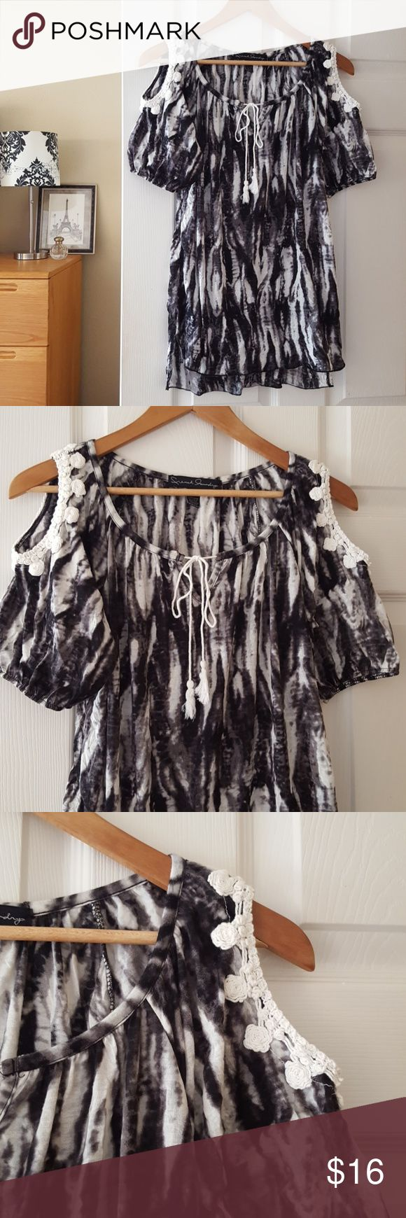 """french laundry cold shoulder boho tunic size S Super cute and comfy tunic top with adorable trim and cold shoulder.  Measurements:   •Width: 18"""" •Length: 26"""" front, 28"""" back •Smoke-free home •100% polyester  -Reasonable offers welcome, but prices are firm on items under $10.  -No trades, please.  Thank you for shopping my closet, it means a lot to me! French Laundry Tops Tunics"""