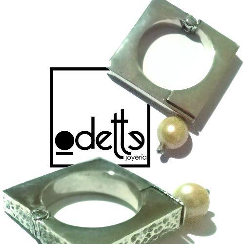 Diseño de joyería exclusivo, anillo de plata hecho a mano. La perra es la llave que permite abrir el anillo.