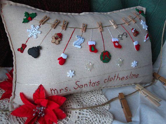 Esta almohada de costura hecha a mano de muselina con temática de la señora Claus es perfecta para vacaciones decoración y celebrando la temporada!
