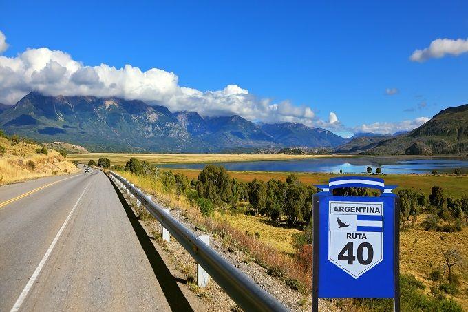 """Ruta 40, Argentina Con casi 4.900 kilómetros de longitud, en paralelo a los Andes y cruzando toda la longitud de este larguísimo país, la Ruta 40 es la mejor manera de disfrutar de la diversidad paisajística de Argentina. De camino, déjate sorprender por los viñedos que cubren montañas, las salinas y la típica señal de """"Cuidado, Llamas""""."""