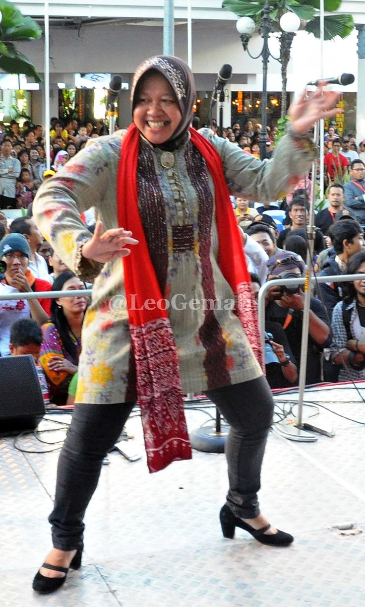 Walikota Surabaya Ibu Tri Rismaharini ngeremo bareng di Surabaya Urban Culture Festival 2012.di Jalan Tunjungan Surabaya ( 27/05/2012)
