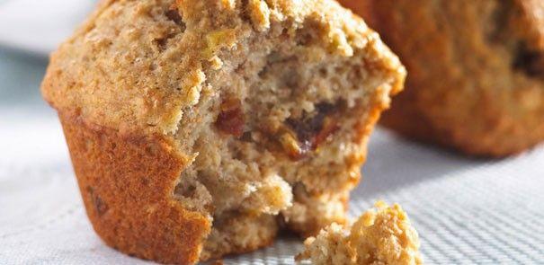 Cette recette de muffins aux bananes, aux dattes et aux noix de Grenoble est une façon délicieuse d'utiliser ces bananes brunes trop mûres qui ont été oubliées.
