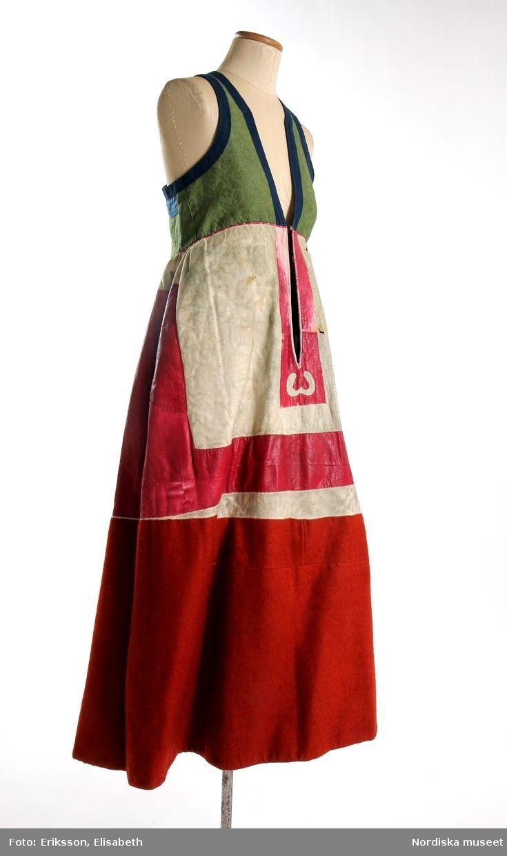 Livkjol, s.k. päls eller skinnklocka. Röd kjol,  där övre halvan består av rött saffianskinn med 7 centimeter bred vit kant överst, och ett vitt fält mitt fram,  nedre halvan av röd vadmal, 3 våder  hela kjolen fodrad med fårskinnspäls och nedtill oblekt linnelärft och är mycket tung. Täta stripade rynkor runtom i midjan
