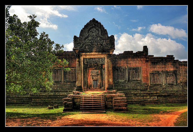 https://flic.kr/p/Tes4FG | Siem Reap K - Banteay Samre Tempel 01 | Banteay Samré (ប្រាសាទបន្ទាយសំរែ) is a temple at Angkor, Cambodia located east of the East Baray. Built under Suryavarman II and Yasovarman II in the early 12th century, it is a Hindu temple in the Angkor Wat style.  Named after the Samré, an ancient people of Indochina, the temple uses the same materials as the Banteay Srei.