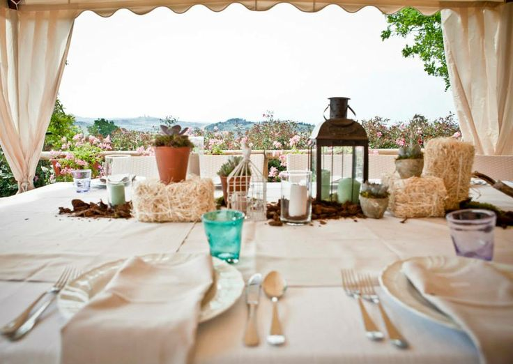 A country chic wedding in the Tuscan countryside between Siena and San Gimignano by romantic restaurant and romantic hotel Taverna di Bibbiano