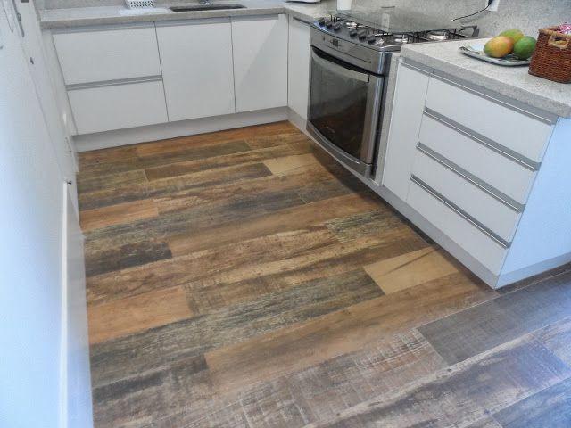 Porcelanato - madeira. Para quem gosta de cozinhas com toques rústicos.