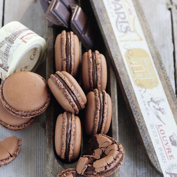 Für alle Liebhaber von zartbitterer Schokolade. Wer noch keiner ist, wird es nach dem Genuss dieser Macarons ganz bestimmt sein.