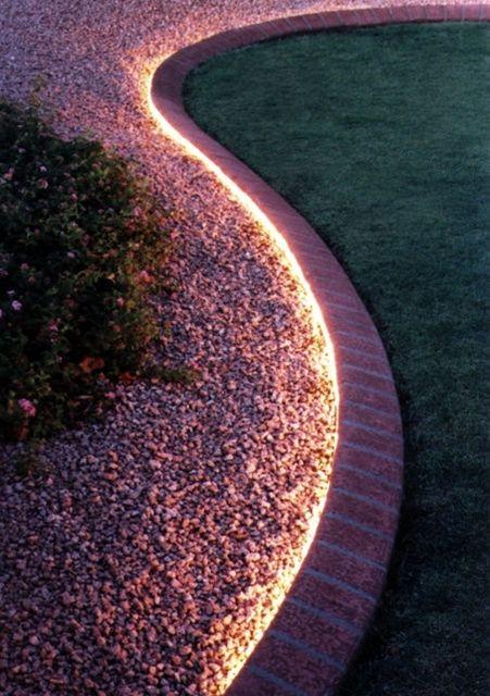 Fita LED em volta do jardim, custo baixo de instalação, IP65, resiste a chuvas e intempéries.