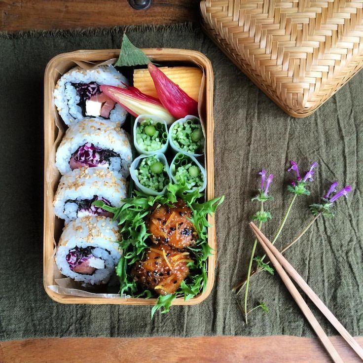 2016.4.1 ・ ・ ロール寿司弁当でおはようございます\( ⍢ )/ ・ ・ ・ *サーモンとクリチのロール寿司 *卵焼き *茗荷の甘酢漬け *緑の野菜の生春巻きサラダ 壺味噌で *ハニーレモンジンジャーチキン ・ ・ ・ ・ ・ このお弁当に合うお花が見当たらなかったので、庭に生えてた雑草をば…。 ・ ・ ・ 雑草でもちゃんと名前があるんですよ ・ ・ ・ 仏の座 (ホトケノザ) ・ ・ ・ 春の七草のそれとは別物らしい。 ・ ・ ・ ひとつ勉強になりました♫ ・ ・ ・ ・ ・