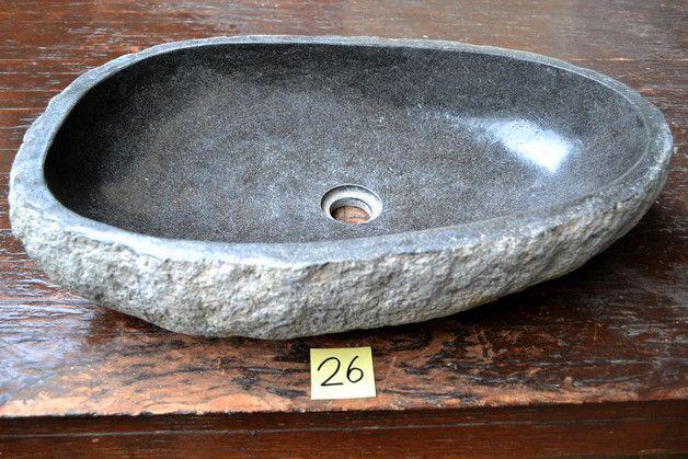**Lieferumfang:**  ein aus einem Flussstein gefertigtes Waschbecken.  **Grösse:**  **Aussenbreite:** ca. 59 cm  **Gesamttiefe:** ca. 40 cm  **Gesamthöhe:** ca. 14 cm  **Bohrgrösse des...