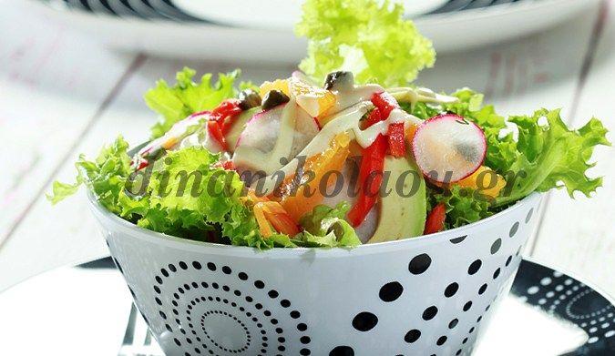 Σαλάτα με μαρούλι, ραπανάκια και αβοκάντο