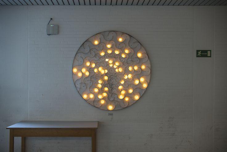 #Kiel Passend zum Physikzentrum der Uni schuf Hans-Martin Ihme eine Installation aus Lichtpunkten, die computergesteuert in wechselnden Intervallen aufleuchten und dadurch ein Kunstwerk in Zeit und Raum ...