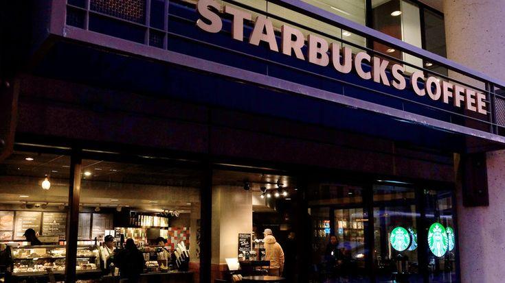 Action choc de militants d'Attac à Paris contre les pratiques fiscales de Starbucks (VIDEO)