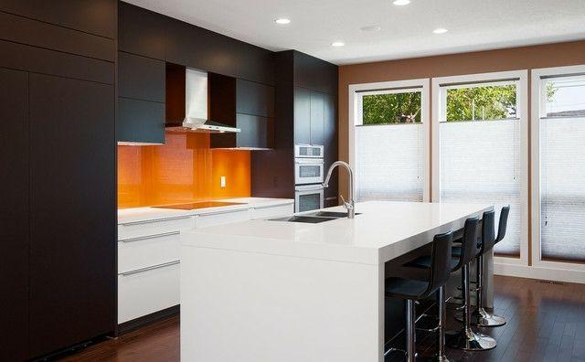 orange Küchenrückwand weiße Kochinsel