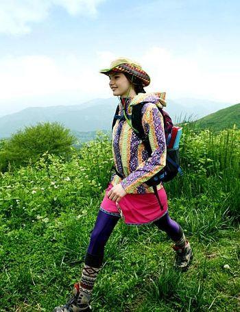 登山の疲れもすぐ吹き飛んじゃいそうな、 カラフル楽しいコーデ。 颯爽と歩く姿、気持ちよさそうです!
