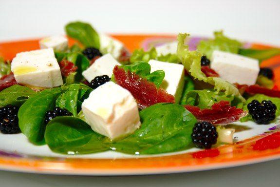 Salada de amoras silvestres com queijo de cabra fresco