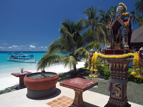 De stranden in het zuiden van Thailand behoren tot de mooiste van de wereld. Er zijn diverse eilanden met hagelwitte stranden, een warme zee en exotische vissen. Enkele aanraders zijn het eiland Ko Phi Phi en het eiland Ko Samet.