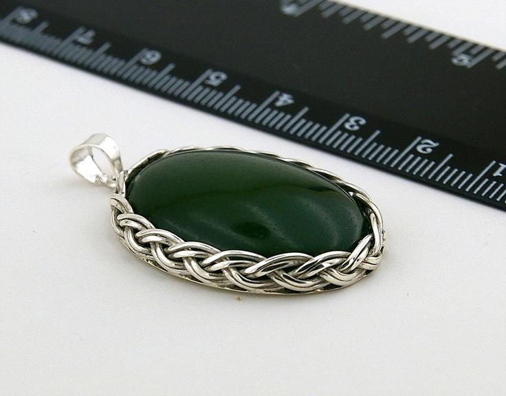 Kabuşon kesim yeşim taşlı el yapımı gümüşlü kolye ucu.
