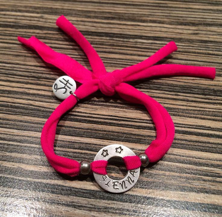 HippeSieraden ibiza naamarmband Fuchsia Met naam naar keuze!  Hoe persoonlijk en leuk. Handmade Verkrijgbaar in onze shop. Bij tekstarmbanden