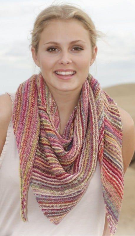 Breipen: Gebreide omslagdoek in ribbels, # breien, gratis patroon, Nederlands, 2 kleuren garen, verloopgaren, #breipatroon