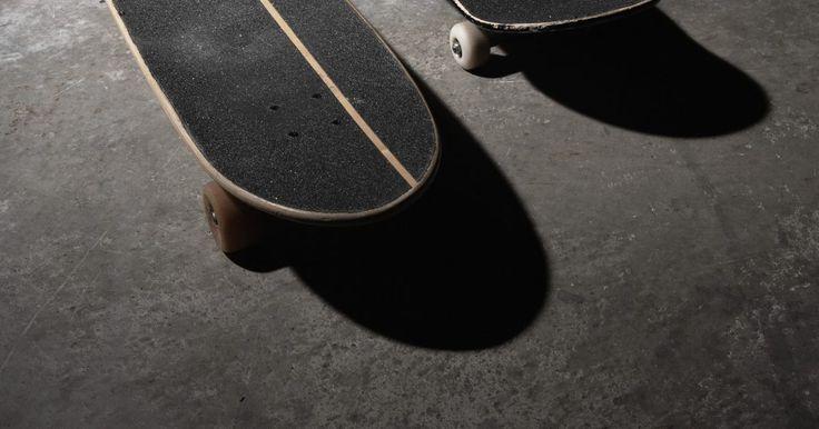 """Tipos de skate longboard. Longboard é um tipo de skate que varia o comprimento entre 88 e 200 cm. As variedades de longboards são especificamente adaptadas aos diferentes estilos de skate. Dentro dos vários tipos de longboards, há muitas formas e tamanhos disponíveis. Geralmente, eles são utilizados para o transporte ou manobras """"cruiser"""", slalom e downhill. O comprimento ..."""