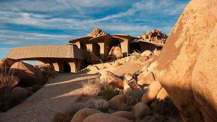 Midden in de woestijn wonen kan misschien een tikkeltje problematisch zijn dat is waar. Maar het huis in Joshua Tree National Park is zo bijzonder, dat maakt het de moeite waard.