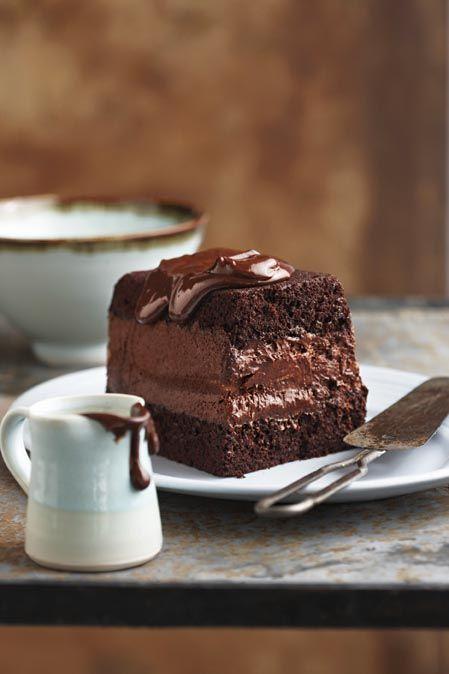 Chocolate mousse terrine BOLO: 280 g ( 500 ml ) de farinha 400 g ( 500 mL ) açúcar 80 g ( 200 mL ) de cacau 10 ml de fermento em pó 2 ovos 5 ml de sal Leitelho 250ml 250 ml de óleo de girassol 5 ml de baunilha 250ml de água fervente Mousse de chocolate : 4 ovos , separados 155 g ( 130 ml ) de açúcar refinado 12,5 ml brandy / café forte 100 g de 70 % -donkersjokolade 100 g (110 mL) de manteiga sem sal , cortada em cubos, depois faça seu ganache.