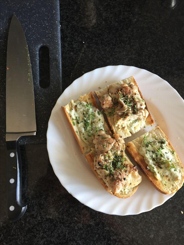 Geroosterd stokbrood met gegrilde groentespread en gebakken kippedijen met verse tijm..