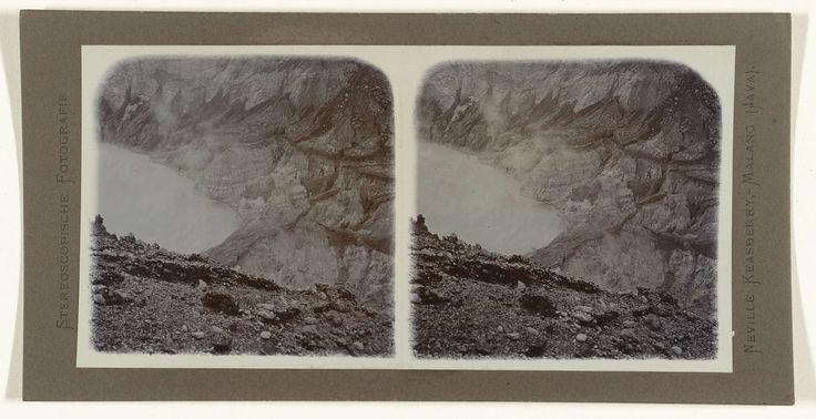 Neville Keasberry | Zwavelerg aan de rand van het kratermeer op het Ijen plateau, Neville Keasberry, 1900 - 1935 |