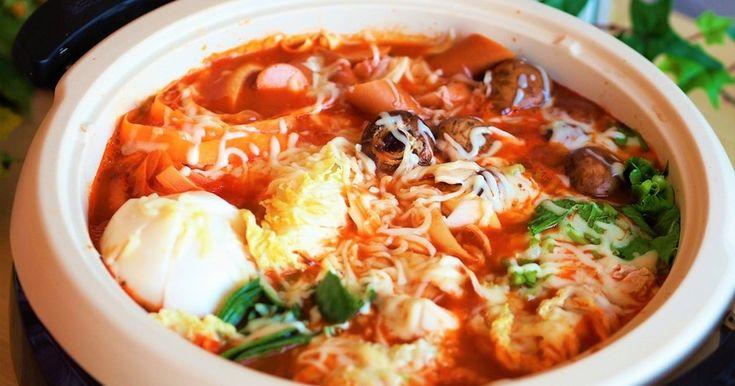 お正月太りや野菜不足解消に!トマト鍋に味噌を加えてコクのあるスープ♡チーズがとろけて〆のリゾットも最高です!
