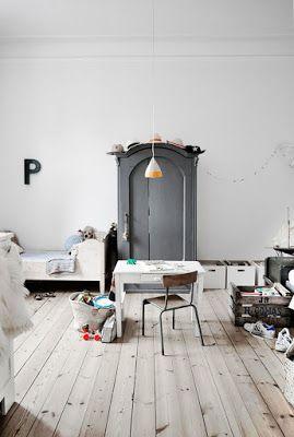 Une chambre d'enfant hyper vintage avec son bureau d'écolier et son armoire patinée