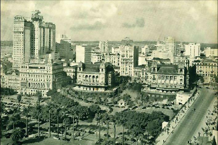 GIF ~> Vale do Anhangabaú, ontem e hoje. Na 1ª imagem, foto da década de 1920, com 2 dos 3 Palacetes Prates e o Clube Comercial, à esquerda. Na 2ª imagem, os edifícios Grande São Paulo (esquerda), Mercantil Finasa (centro) e Edifício Conde Prates (direita), em foto da década de 2000.