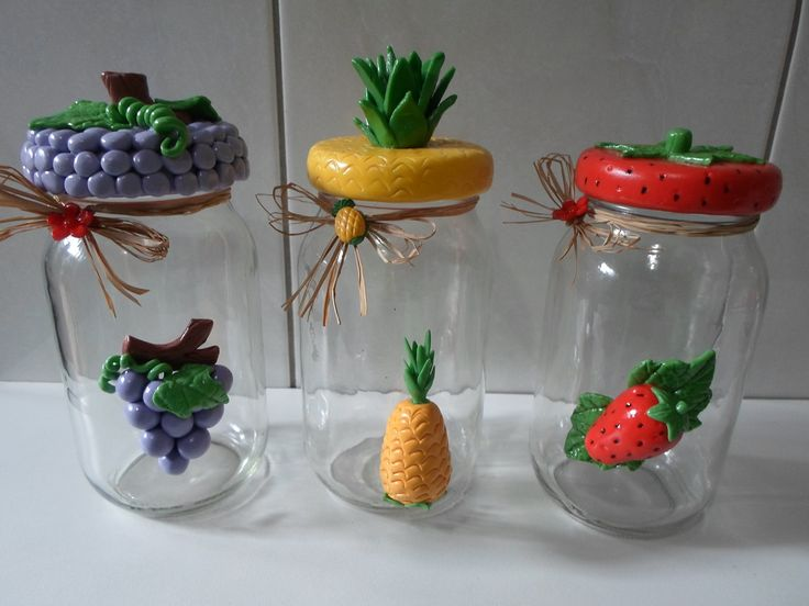 Kit com 3 vidros para tempero ou utilidade diversas, decorados com biscuit. <br>Vidros com tampa de plástico de rosca. <br>Peso total dos vidros é de 950g.