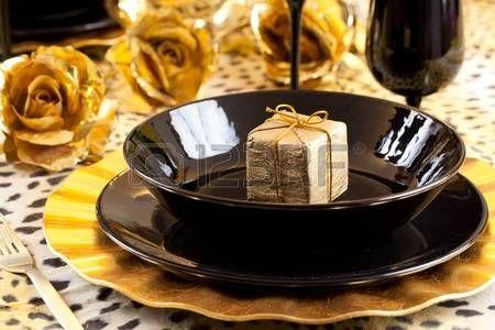 Gouden geschenk doos op een zwarte en gouden tabel met gouden rozen over een luipaard tafelkleed photo