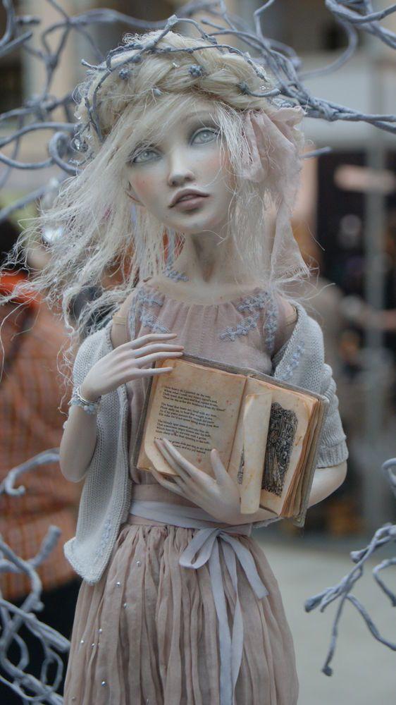 16 декабря состоялось открытие крупнейшей мировой кукольной выставки 'Искусство куклы' в Гостином дворе. Провела там почти весь день с фотоаппаратом наперевес :) Фоторезультатами хочу с вами поделиться... У меня оценочного алгоритма на таких выставках нет, вернее, он переходит в режим 'выкл'. Потому как там царят только субъективное 'нраааааавится' и 'ну, в общем-то, неплохо', совершенно независимо от степени профессионализма...