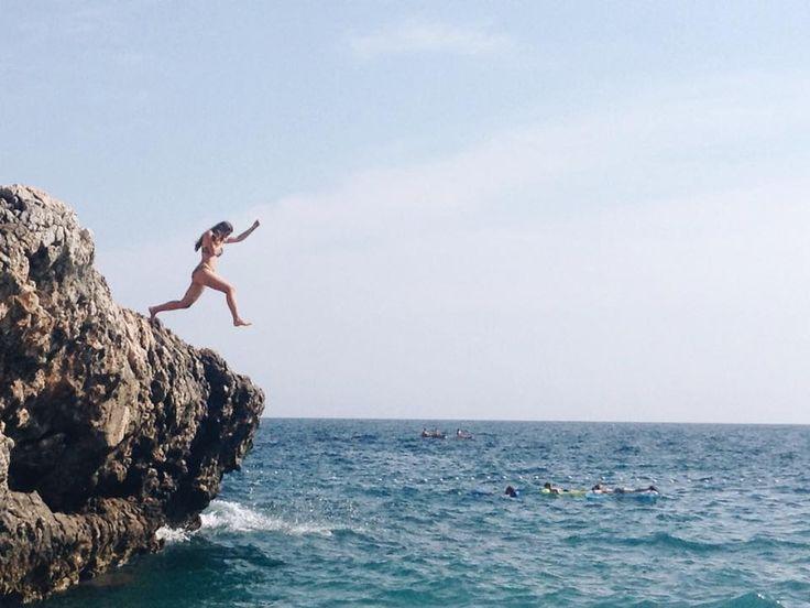 """Moedig: """"Ik ben bijna boven. Ik krijg al blaren op mijn vingertoppen van het vasthouden van de rotsen. De adrenaline giert door mijn lichaam en ik spring""""  p169"""