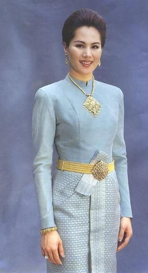 Thai Barumpimarn Style - This is a one piece style with a Yokonnang (folded front) on the bottom attached.  The Top is long sleeved and high collared with back opening.  It will have gold or silver thread in the bottom pattern.   It will have the top half made out of a solid colour of silk.  Is often used as a evening wear or for formal ceremonies.