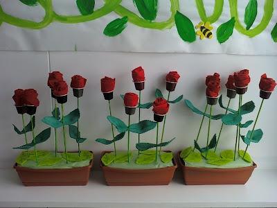 Roses de Mercedes Piqueras: Tovallons de paper vermells enrotllats dins de càpsules de café.