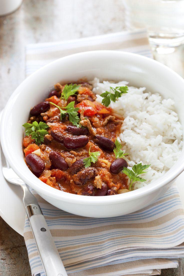 Dit recept voor chili con carne is gebaseerd op dat van Jamie Oliver, maar door de jaren heen een beetje door ons aangepast. Het resultaat is een smaakvolle chili die vanavond tijdens voetbal (Nederland-Chili) zeker niet misstaat! Snipper de uien en knoflook, en schil de wortel(s). Breek de uiteindes van de selderijstengels af, en trek […]
