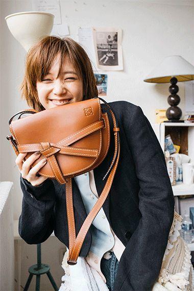 57e52e37c47e 本田翼とロエベの新作「ゲート・バッグ」の魅力を紐解く。|特集|Fashion|madameFIGARO.jp(フィガロジャポン)