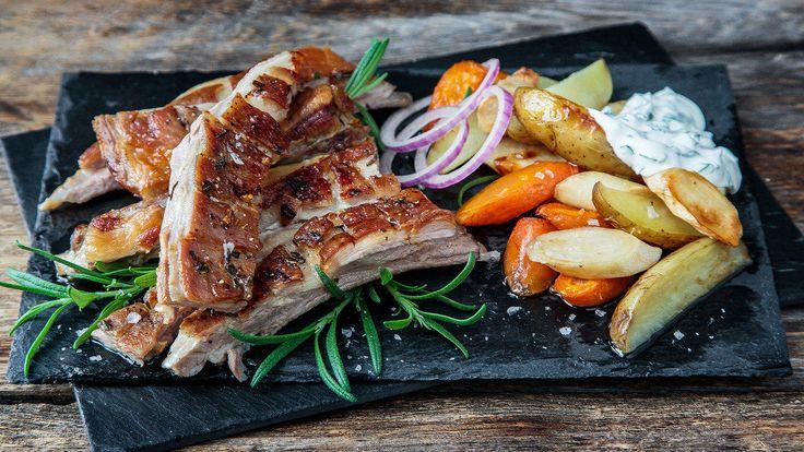 Er du glad i smaken av lam, vil du elske lammeribbe. Du kan variere med mange ulike krydder og smaker til dette saftige kjøttet med sprø stekeskorpe, men en sikker vinner er alltid hvitløk og rosmarin. Knallgod kosemat som gjør seg selv i ovnen og gjerne kan spises med fingrene.