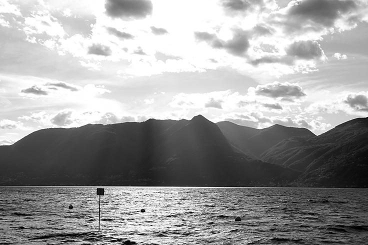L'inverna agita le acque del lago, mentre all'orizzonte il Piemonte non è poi così lontano...