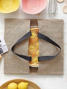 Eine Tasche, um Kuchen zu transportieren! Wieviel sexyer als so ein Plastikmonster ist das? Die kann garantiert super auch aus Wachstuch selber nähen!
