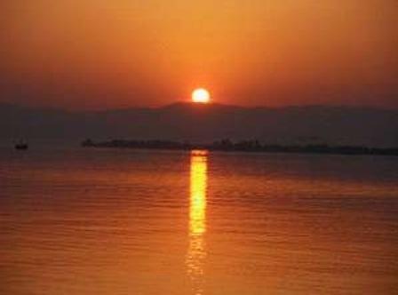 びわ湖が夕陽に輝く時。