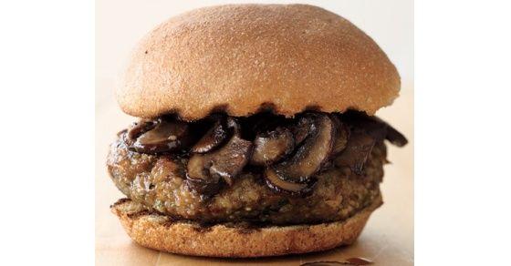 La quinoa es el grano de moda debido a su valor nutricional. Esta hamburguesa es fuente de fibra debido a la quinoa, avena, champiñones y nueces.