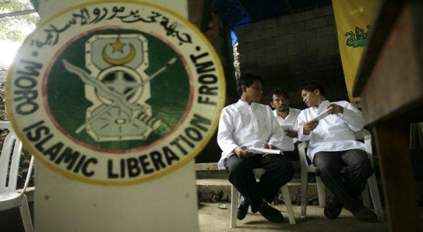 KIBLAT.NET, Manila – Angkatan Bersenjata Filipina (AFP) menggandeng dengan para pejuang Moro untuk menghadapi kelompok Abu Sayyaf. Juru Bicara AFP, Brig. Jenderal Restituto Padilla mengkonfirmasi, pihaknya sudah mengkoordinasikan operasinya dengan Front Pembebasan Islam Moro (MILF) yang mempunyai kamp di dekat lokasi pertempuran. Padilla memberi jaminan bahwa tidak ada pejuang MILF yang terlibat dalam operasi ini …