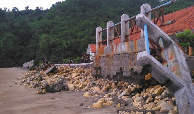 Dinding penahan ombak pantai Sine hancur